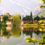 Toblino: visita al Lago di Toblino, al Castello di Toblino del 1500 e trekking a Calavino e la sua Roggia