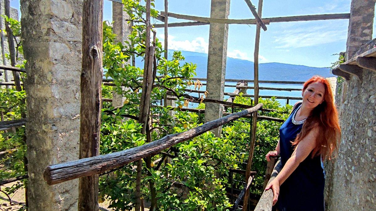 La travel blogger Roberta Ferrazzi in visita alla Limonaia La Malora a Gargnano, Lago di Garda