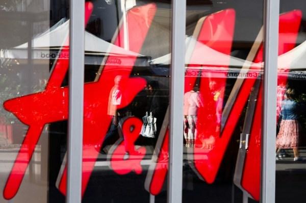 """H&M a annoncé ce 15 septembre 2020, qu'il cesserait ses relations avec un producteur de fil chinois en raison d'accusations de """"travail forcé"""" de Ouïghours."""