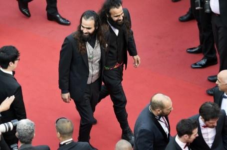 """Les réalisateurs palestiniens, les frères jumeaux Tarzan et Arab (dont les vrais noms sont Ahmad et Mohammed) Abu Nasser au Festival de Cannes, pour la projection du film """"Sicario"""", le 19 mai 2015."""