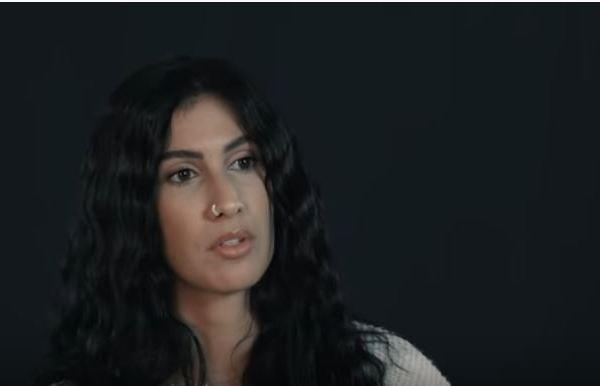 Lyna Mahyem raconte le viol sous forme d'une lettre adressée à une mère