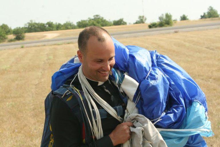 Un prêtre parachutiste pour sauver une abbaye !