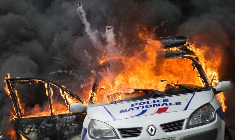 Cazeneuve : police = sourire, saigner, pas bouger