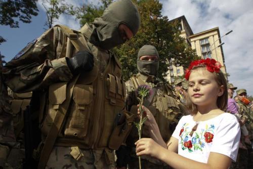 Fille donne fleur volontaire Donbass