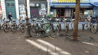 Mon vélo attaché à... une poubelle