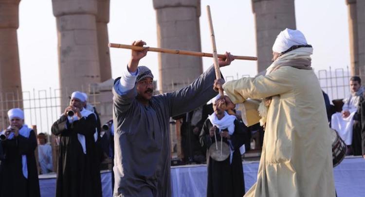 Due uomini che eseguono il Tahtib o danza Saidi con il bastone
