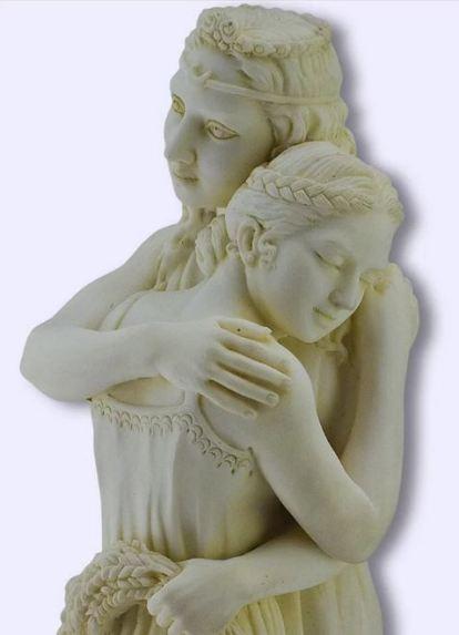 Il tenero abbraccio di Demetra e Persefone
