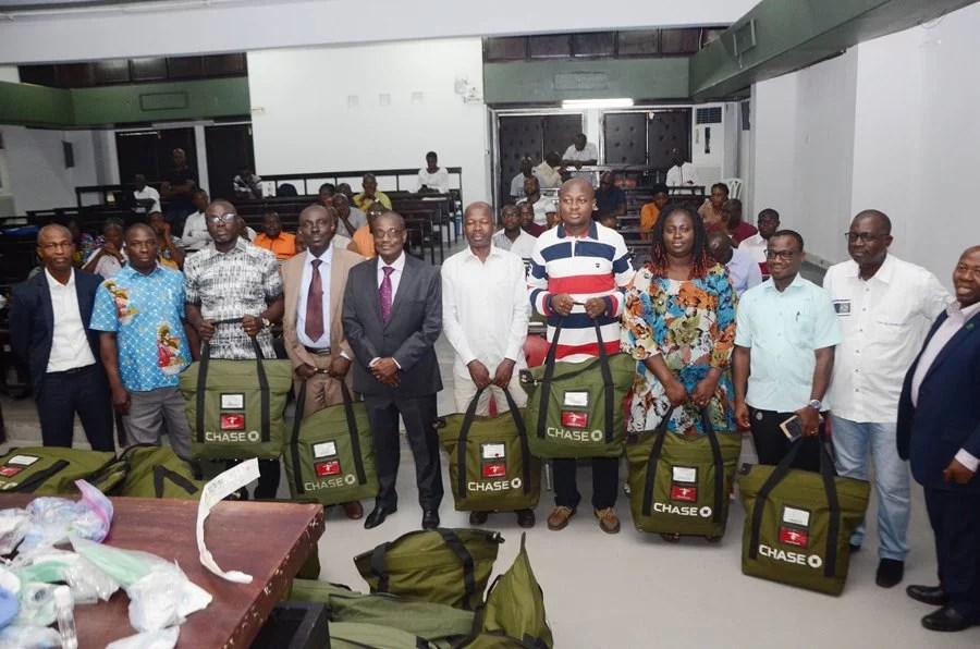 Médecins urgentistes et anesthésistes ivoiriens reçoivent des kits personnels LEDEBATIVOIRIEN.NET