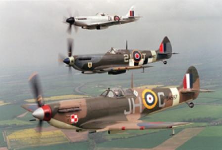 Deux avions de chasse Spitfire survolant la campagne anglaise. Durant la Deuxième Guerre mondiale, les pilotes de ces appareils emportaient de l'eau qu'ils injectaient dans le moteur pour en augmenter soudainement la puissance afin d'échapper aux