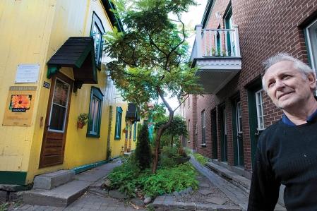 André Beauharnois habite dans la rue Henri-Julien, aux abords de la petite rue Demers, sur le Plateau-Mont-Royal. L'artère n'est pas une authentique ruelle puisqu'elle porte un nom, et qu'une maison ancestrale y affiche fièrement une adresse.<br />