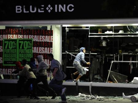 Les émeutes que vit présentement Londres, et qui se répandront peut-être dans les jours qui viennent au pays entier, peuvent être qualifiées, comme le fait l'anthropologue Alain Berthot, d'«émeutes de la dignité».