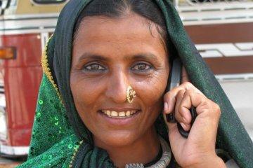 Une femme indienne appelant avec un téléphone mobile