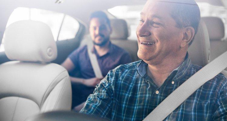 Un chauffeur Uber avec son client