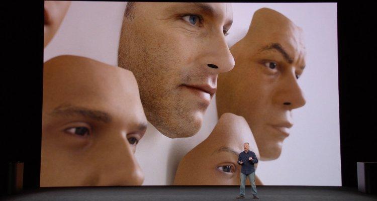 Phil Schiller affirme qu'on ne peut pas déjouer la reconnaissance faciale Face ID à l'aide d'un masque, lors de la présentation de l'iPhone X le 12 septembre 2017