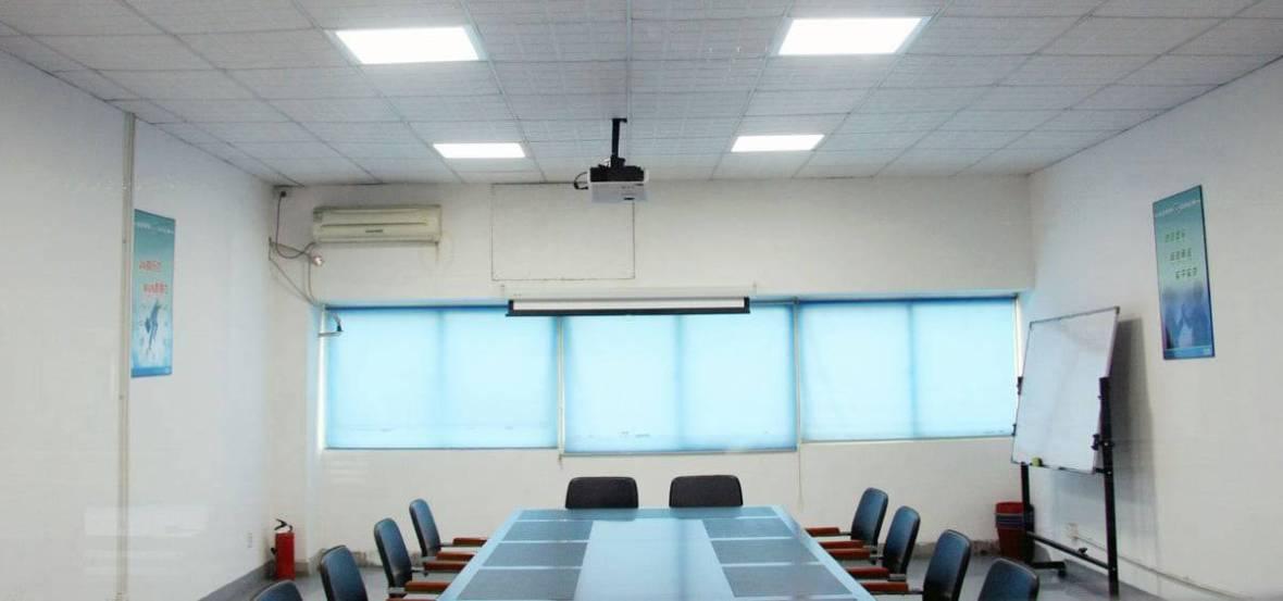 Painel de LED Quadrado em Sala de Reunião