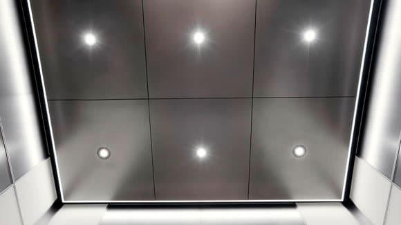 Refletor de LED 20W Iluminando Faixada de Empresa