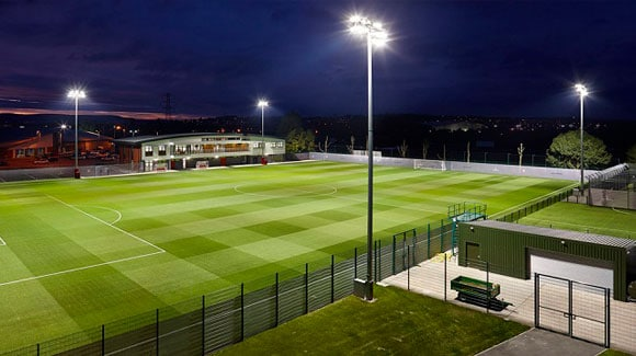 Aplicação de Refletor de LED 200W em Campo de Futebol