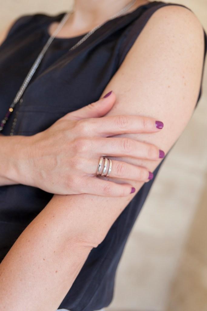 vanessa top noir, pantalon à bandes lattérales, sac rose, paris, fashion, mode, bloggueuse mode, gris, bague, agatha, bijoux