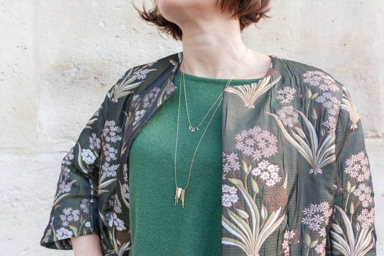 manteau léger vert short boots cuir collant à motifs paris blog mode fashion bijou sautoire collier doré or emma & chloé