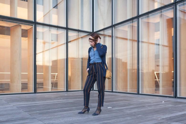 blog blogueuse mode paris fashion pantalon à rayures chemise en jean sac moutarde bandeau dans les cheveux headband salomé chaussures à talons