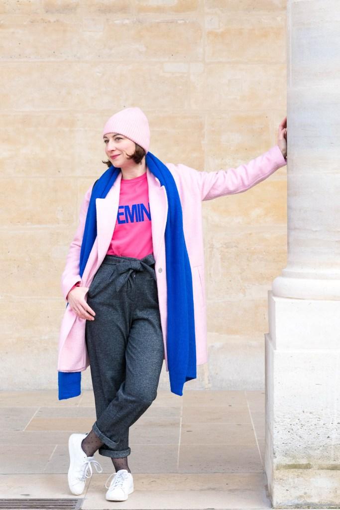 mode, look, fashion, bleu élécrtique, rose fluo, rose bonbon, bonnet rose, pantalon 7/8ème, pantalon raccourci, grosse écharpe, paris, colonnes de buren