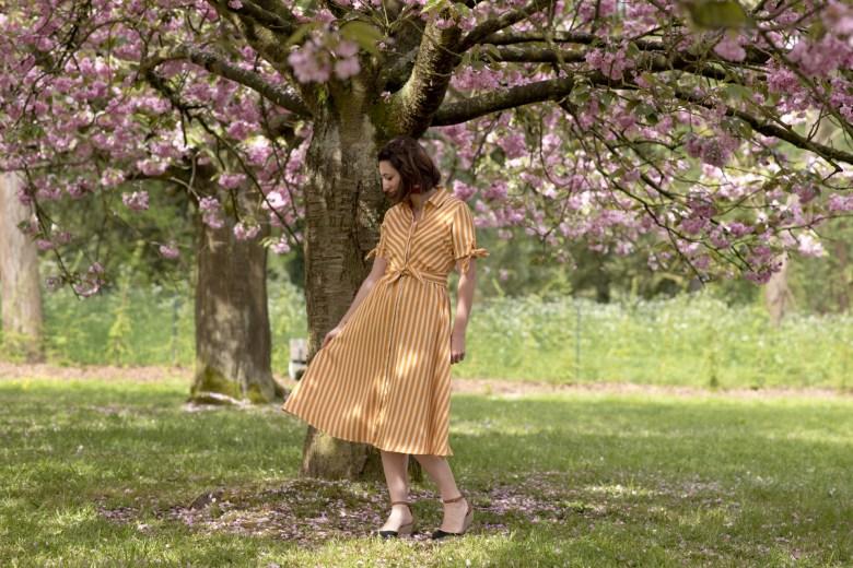 sakura cerisiers en fleur robe chemise rayures sac doré par de sceaux blog mode blogueuse beauté fashion paris