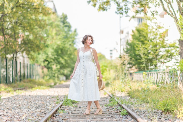 robe en lin robe à bretelles robhe blanche robe boutonnée monoprix paris petite ceinture mode fashion blog blogueuse sandales