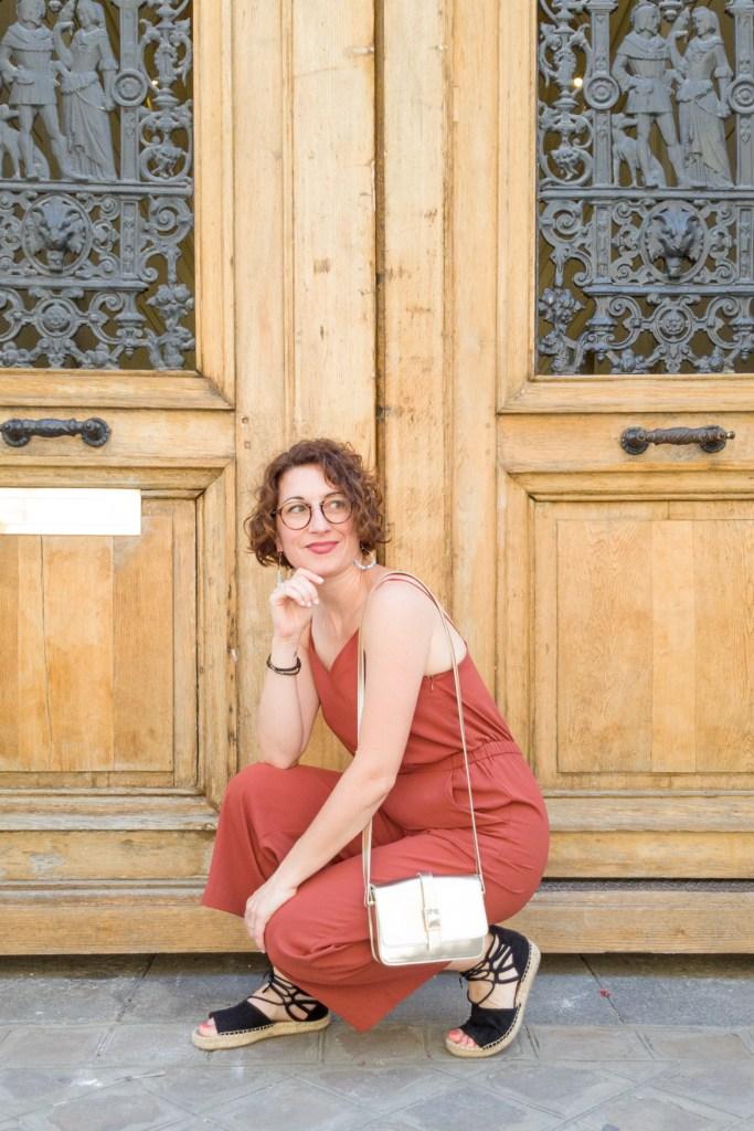 combi-pantalon combinaison couleur écureuil bretelle paris porte parisienne sac doré sandales lacées mode fashion blog blogueuse cheveux carré bouclés