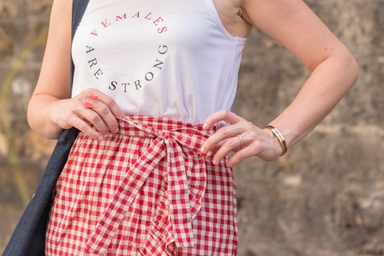 jupe à volants vichy rouge paris sandales dorées tote bag denim jean cheveux bouclés débardeur mode fashion blog blogueuse
