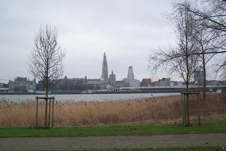 Uitzicht op Antwerpen vanaf senioren centrum op Linkeroever.