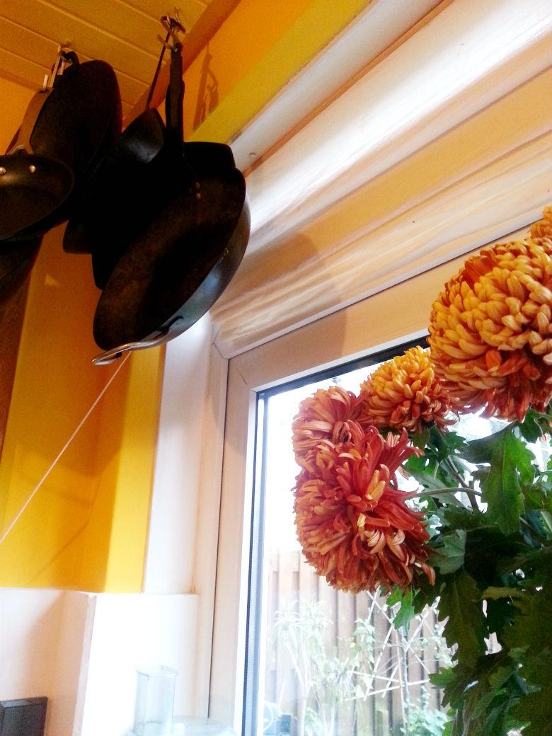 Keuken geel bakpannen