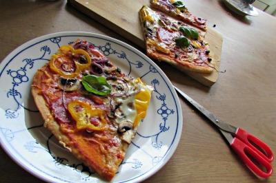 pizza eten en een pizzaschaar