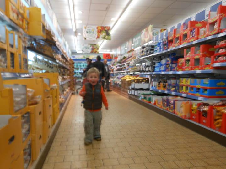 LeesVoer kleuter met een camera kleuterplog plog supermarkt-32