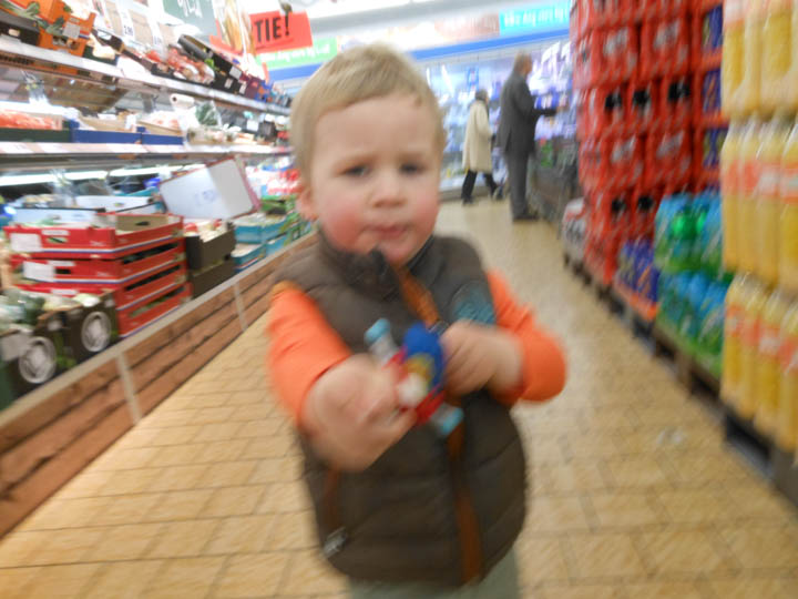 LeesVoer kleuter met een camera kleuterplog plog supermarkt-35