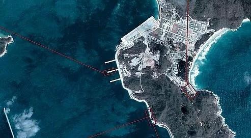 Les images satellites de l'entreprise Digital Globe ont apporté la preuve de l'existence de la base. Situé au sud-est de la Chine, le complexe militaire comprend un port, de gigantesques tunnels et des cavernes pouvant même abriter un ou deux porte-avions et d'autres navires de guerre.