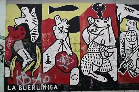 L'artiste s'est inspiré du célèbre Guernica peint par Pablo Picasso, après la destruction de la ville espagnole sous les bombes de Franco et de ses alliés nazi en 1937. Traumatisée et défigurée par les bombardements alliés, qui ont contribués à faire plier le régime d'Hitler, Berlin a ensuite été déchirée par la division entre sa partie orientale contrôlée par les communistes et les quartiers occidentaux sous contrôle américain, britannique et français. Berlin Ouest était devenu le symbole de la résistance du monde libre face à l'oppression communiste.