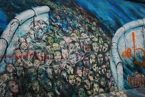 Le 9 novembre 1989, après des semaines de manifestations monstres au cours desquelles les Allemands de l'Est réclament démocratie et libertés en RDA, le mur tombe. Grâce aux annonces des radios et télévisions de RFA et de Berlin-Ouest, intitulées : « Le Mur est ouvert ! », plusieurs milliers de Berlinois de l'Est se pressent aux points de passage et exigent de passer. Sans ordre concret ni consigne mais sous la pression de la foule, le point de passage de la Bornholmer Strasse est ouvert peu après 23h, suivi d'autres points de passage tant à Berlin qu'à la frontière avec la RFA. Dans l'euphorie une véritable marée humaine franchira la barrière, pour fraterniser avec les Allemands de l'Ouest.