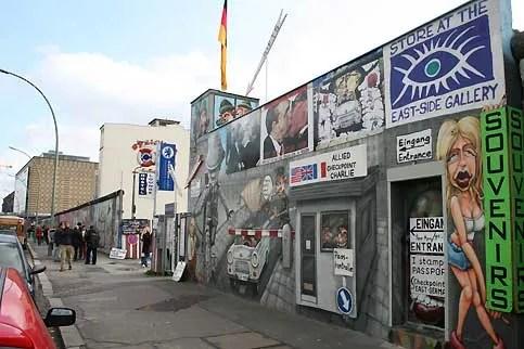 Après la réunification allemande, le 3 octobre 1990, les Berlinois ont eu une seule hâte : faire disparaître la cicatrice laissée par le «mur de la honte». Les pans de béton seront presque tous démantelés. La East Side Gallery, qui s'étend sur 1,3 kilomètre est la plus longue portion de mur conservée. Elle est devenue l'une des principales attractions touristiques de la capitale allemande. On vient y voir les fresques de cette exposition permanente, représentant les symboles de la RDA, ses vopos (gardes frontières), ses miradors et ses trabis. Mais aussi pour se pour prendre physiquement la mesure de ce mur de béton haut de trois mètres.
