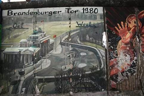 Avec la construction du mur, le 13 août 1961, la porte de Brandebourg se retrouve au milieu du ''No Man's Land'' gardé par les soldats de RDA et ne peut donc plus être traversée ni à l'est ni à l'ouest. Seuls les frontaliers de Berlin-Est peuvent passer devant. Durant la séparation, l'aigle qui trône en haut de la porte fut retiré. Il retrouva sa place lors de la réunification. Tous les événements importants de l'histoire de Berlin sont liés à la porte de Brandebourg comme symbole de la ville mais aussi de l'État. Ainsi, c'est sous la pression de plus de 100 000 personnes que 28 ans après sa construction le mur fut enfin rouvert au niveau de la porte le 22 décembre 1989.