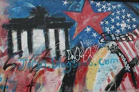 L'histoire de Berlin Ouest a scellée une profonde amitié entre l'Allemagne et les Etats-Unis. Éprouvée par les bombardements, marquée par l'occupation d'après guerre, Berlin Ouest, qui forme un îlot au milieu de la zone contrôlée par les communistes, est menacée par le blocus soviétique. Un pont aérien, établi par les alliés, maintiendra la ville sous perfusion entre 1948 et 1949. Avec son célèbre discours, «Ich bin ein Berliner», Kennedy fera de Berlin la ville symbole de la liberté.