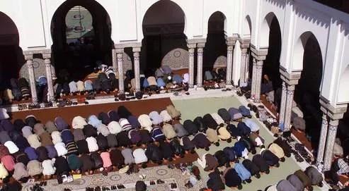 Prière du vendredi à la Grande Mosquée de Paris. En 2008, l'institution avait sélectionné les premiers élèves, essentiellement algériens, appelés à devenir des «imams à la française».