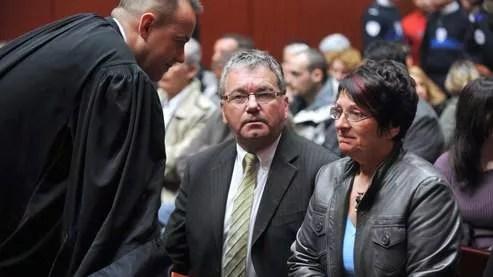 Martine Brège, la mère de Sophie Gravaud, s'entretenant avec son avocat et le beau-père de la victime dans la salle d'audience du palais de justice de Nantes.