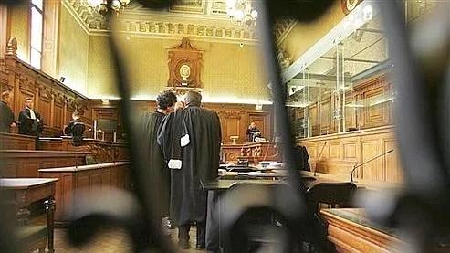 Les avocats s'entretiennent juste avant l'ouverture du procès à huis clos du «gang des barbares », le 29 avril dernier.