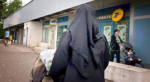 Une femme portant le voile intégral, à Vénissieux près de Lyon.