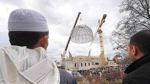 Plusieurs centaines de personnes étaient réunies pour l'occasion devant la Grande mosquée.
