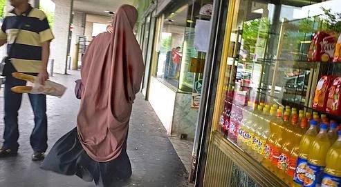 Deux mille femmes portent le voile en France.