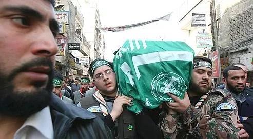 Des militants du Hamas, vendredi à Damas, lors de la procession funéraire dédiée à Mahmoud Abdel Raouf al-Mabhouh.