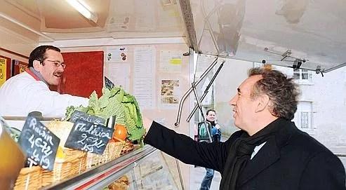 Fran�ois Bayrou, sur le march� de Talcy, pr�s de Blois, mardi dernier, pour soutenir le candidat MoDem dans la r�gion Centre.