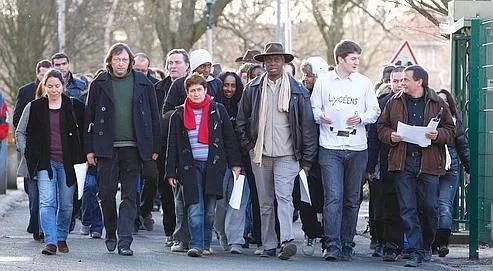 Élèves et professeurs sortent d'assemblée générale, vendredi à Vitry-sur-Seine.