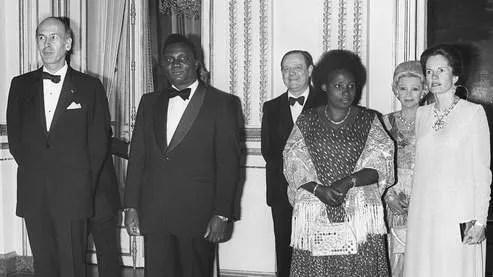Agathe Habyarimana, ici avec son mari Juvenal, lors d'une rencontre officielle à l'Elysée en 1977 avec le président français d'alors, Valery Giscard d'Estaing, et sa femme Anne-Aymone.